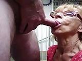 Oma's Mund lässt ihn schnell spritzen