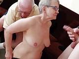 Opa schaut zu wie seine alte Frau gebumst wird