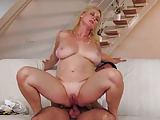 Schöne blonde Frau liebt Analsex