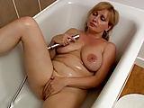 Schöne vollbusige Frau in der Badewanne