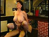 Unrasierte Frau mit dicken Titten wird genagelt
