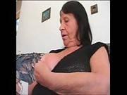 Beim Masturbieren träumt Oma von einem Fick
