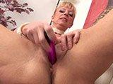 Blonde Mature hat Spaß mit einem Dildo