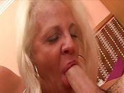 Blonde Oma trägt Spitzen-Dessous beim Fick