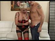 Blondes Fetischluder steht auf Hardcore