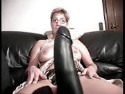 Deutsche Hausfrau macht es mit einem Gummischwanz