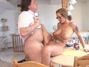 Deutsche Hausfrau mit dicken Titten macht ihn geil