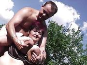 Dicke Frau mit Hängetitten wird im Garten gefickt