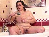 Dicke macht Tittenspiele in der Dusche