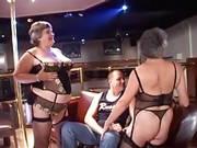 Dicke Omas in Dessous ficken im Club