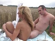 Dürre Frau lässt sich im Kornfeld ficken