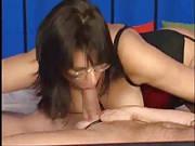 Frau mit Brille bumst in Reizwäsche