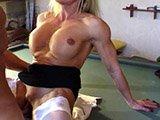 Frau mit Muskeln und Riesen-Kitzler