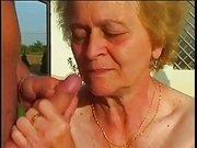 Gärtner fickt notgeile Oma