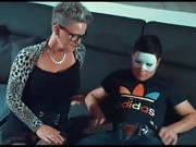 Junge mit Maske hat Sex mit einer reifen Frau
