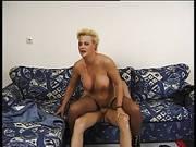Kurzhaarige Blondine poppt bis zur Tittenbesamung
