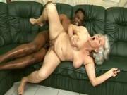 Maschinenfick und Interracial mit Oma Norma
