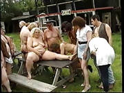 Oldies in einer Outdoor Orgie