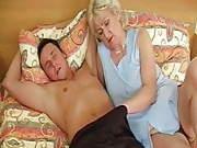 Oma mit dicken Titten und einer haarigen Spalte
