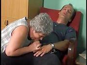Oma schwitzt beim Reiten