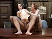 Oma Vera und eine Freundin ficken im Dreier