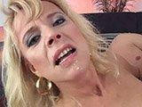 Reife Pflaume einer Blondine gestopft