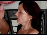 Reife Sekretärin verführt den jüngeren Chef
