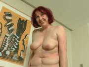 Rothaarige Frau aus Berlin wichst vor der Kamera