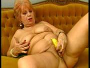 Rothaarige Oma fickt eine Banane