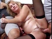 Zwei Pimmel stopfen blonde Frau