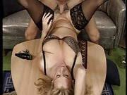 Absolut sexgierige Milf wird durch das Wohnzimmer gefickt