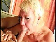 Alte kurzhaarige Frau ist verrückt nach jüngeren Männern