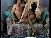 Dunkelhaarige Frau steht auf wilden Sex