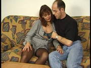 Ehefrau in Nylons wird mit dem Schwanz getröstet