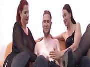 Großbusige Rothaarige und ihre Freundin vernaschen einen Mann