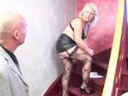 In Reizwäsche fickt das blonde Eheweib im Treppenhaus