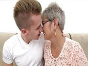 Molly Oma bumst mit einem jungen Kerl