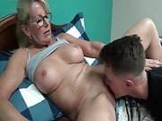 Mutter bemerkt die Beule in seiner Hose