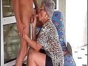 Oma bittet um einen Terrassen-Fick