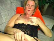 Reife Petra fingert ihre geile Möse total wild