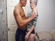 Sexy Oma mit kurzen weißen Haare will ihr Bett testen