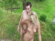 Zwei junge Typen teilen sich eine reife Frau im Park